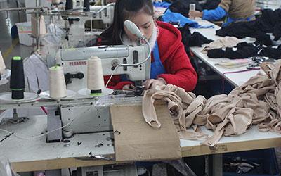 工人正在聚精会神的缝纫